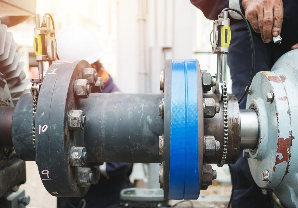 Bomba de alineación del inspector técnico y motor eléctrico, trabajos de reparación en concepto de fábrica